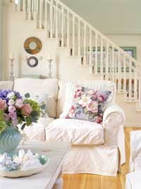 BargainStyle_SrgSmr05_ Living room with white furnishings and staircase