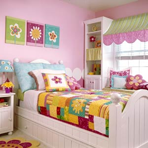KidsRmsSum04_Pink Bedroom With Floral Patchwork Quilt On White Bed
