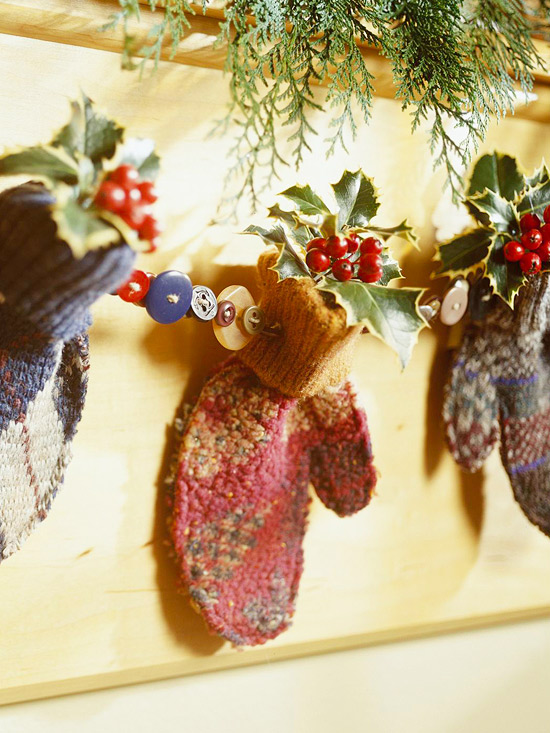 Hanging holiday mitten décor