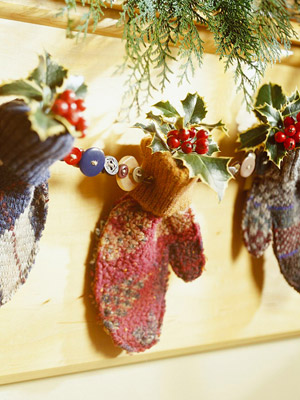 Hanging holiday mitten d�cor