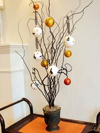 Holiday d?cor piece tree with ornaments