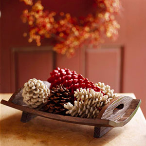 Pinecones in wooden tray