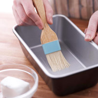 Brushing pan with shortening