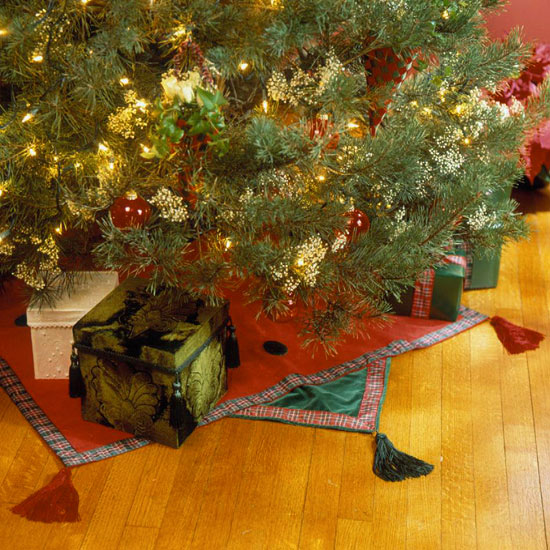 Plaid-Trimmed Tree Skirt