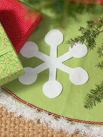 Easy Christmas Tree Skirts and Garlands