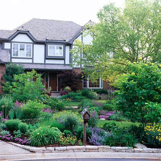 Get front yard landscaping ideas from your house for Garden in front of house