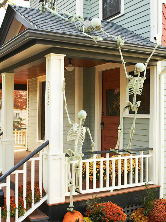 Outdoor halloween decorating with skeletons for Outside halloween decorations to make at home