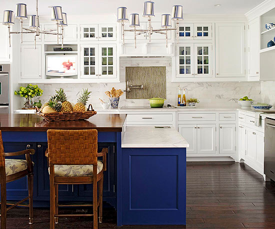 Blue kitchen cabinets for Blue and white kitchen cabinets