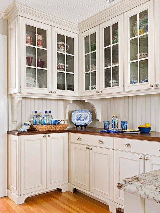 15 tips for a cottage style kitchen for Bungalow style kitchen cabinets