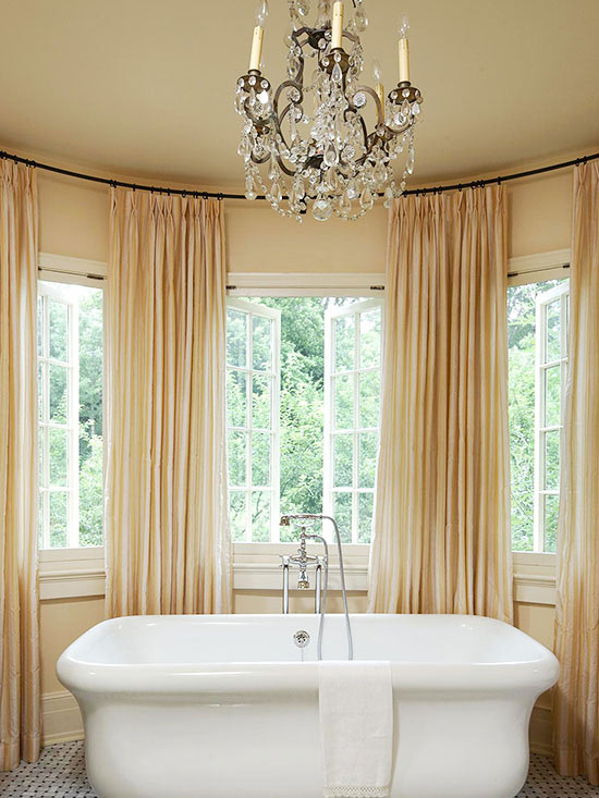 Window-Lined Tub Bay