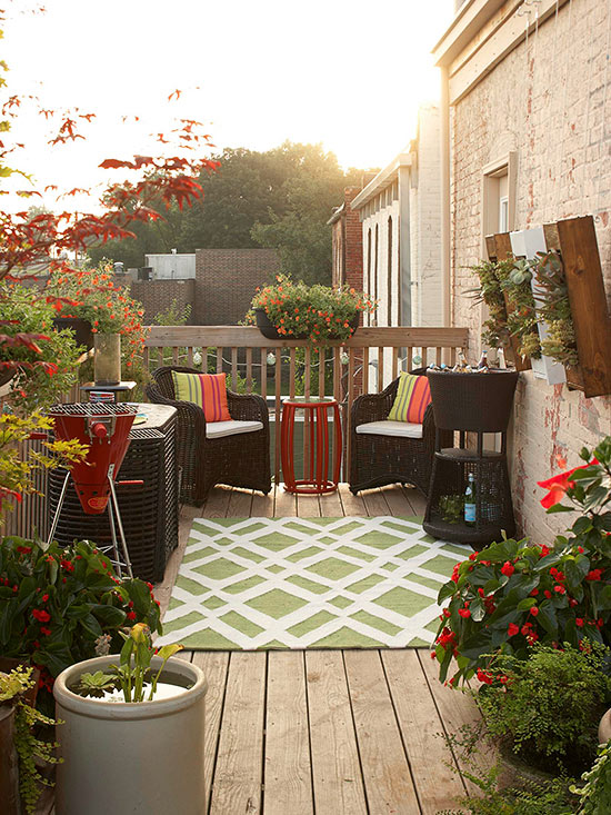 Small deck decorating for Small outdoor decorating ideas