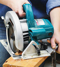 Making miter cut with circular saw