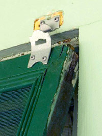 Hanging latch