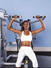 woman using shoulder press