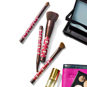Look Good on the Go: Travel Beauty Products and Tips