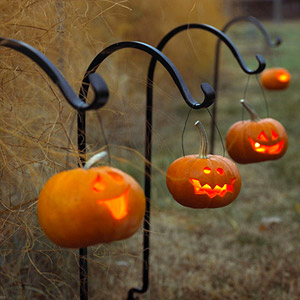 TAKE JACK-O?-LANTERN PHOTOS AT DUSK