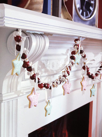 Craft a Christmas Garland from Cranberries, Popcorn, and Cookies