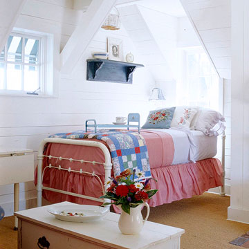 Coutry cottage style bedroom decor with red, white, and blue in this sweet all American attic space. #cottagetyle #traditional #bedroom #redwhiteblue #vintagestyle #americana #countryliving #summerstyle