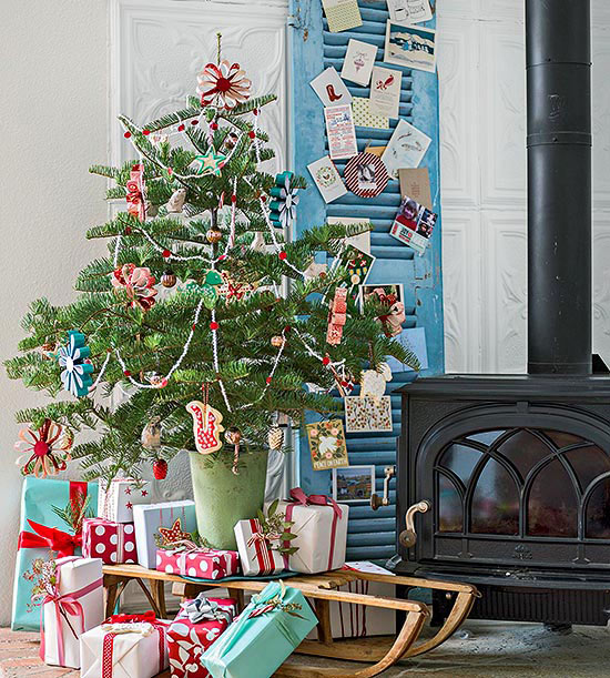 Holiday decorating ideas for small spaces Big christmas tree small space