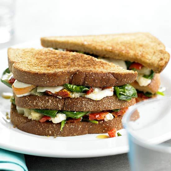 panino vegetariano con verdure grigliate e provola
